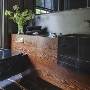 Angielski dom w stylu wiktoriańskim – luksusowe łazienki i prywatny basen