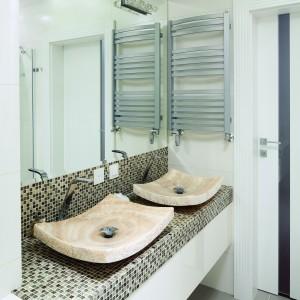 Onyks do łazienki – zobacz podłogi, ściany i umywalki z kamienia