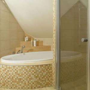 Łazienka na poddaszu. 15 pomysłów na wannę pod skosami
