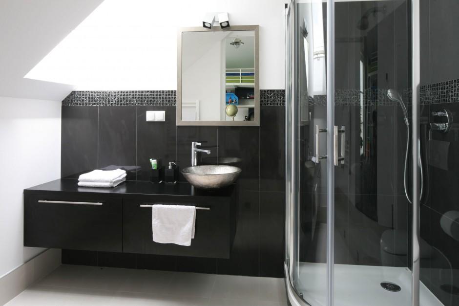Łazienka dla chłopca –  ponadczasowy duet czerni i bieli