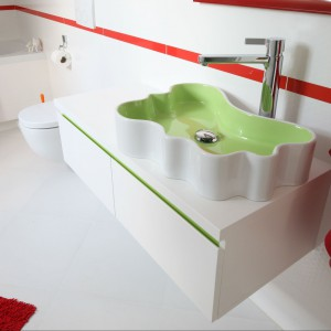 Łazienka dla malucha. Wnętrze ożywione czerwienią i zielenią