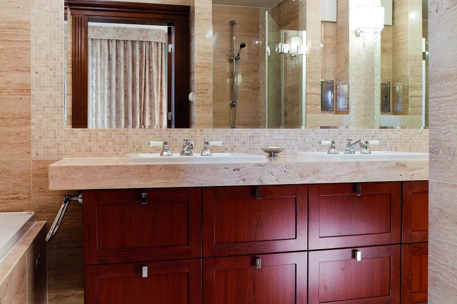 Salon kąpielowy w stylu klasycznym. Zobacz wnętrze z trawertynem