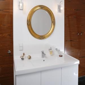 Łazienka przy sypialni. Minimalistyczne wnętrze w złotej oprawie