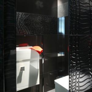 Łazienka dla gości - postaw na elegancję w czerni i bieli