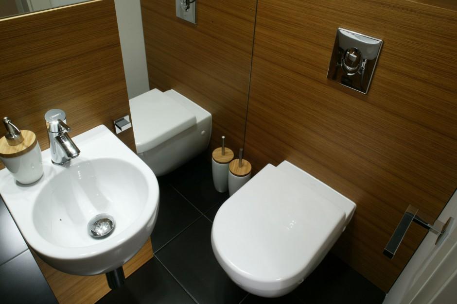 Łazienka dla gości - zobacz jak lustra powiększają przestrzeń