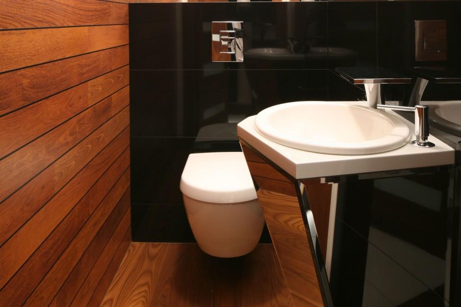 Łazienka w drewnie. Zobacz wnętrze jak z luksusowego jachtu