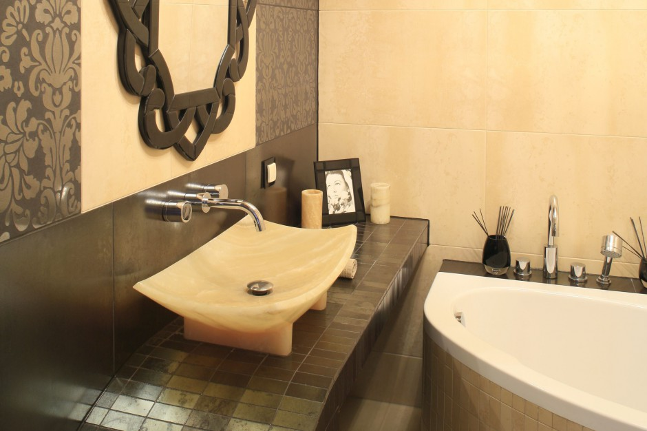 Łazienka w  stylu glamour -  tak można wykorzystać onyks