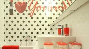 Czerwona szminka i deseń w grochy - łazienka w stylu gwiazdy filmowej