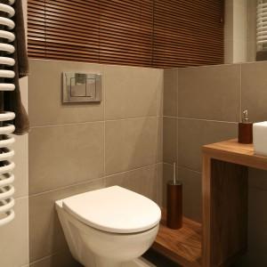 Łazienka przy sypialni – zobacz jak drewno ociepla wnętrze