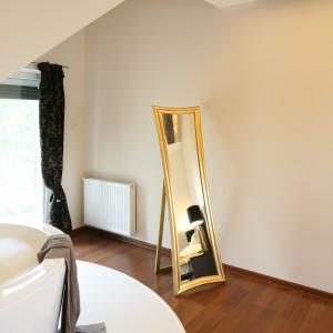 Salon kąpielowy w dwóch odsłonach – pomysł na wannę w sypialni