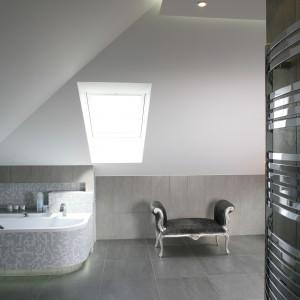 Łazienka pod skosami. Salon kąpielowy z widokiem na niebo