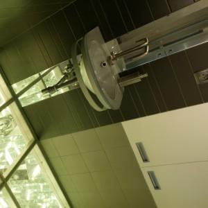 Łazienka po remoncie. Zobacz podłogę ze szkła