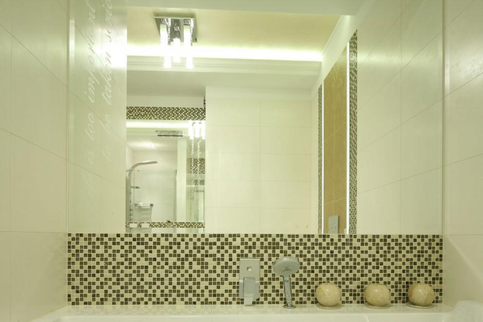 Łazienka w stylu glamour - tak można łączyć kamień, płytki i mozaikę