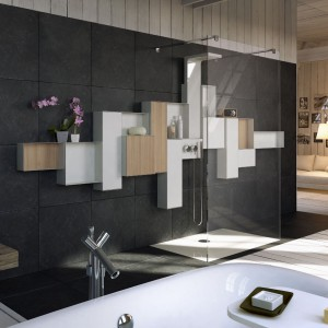 Biała łazienka ocieplona drewnem – piękna i stylowa