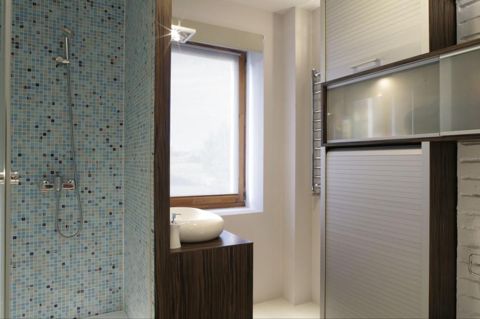 Łazienka dla gości. Tak można ukryć pralkę