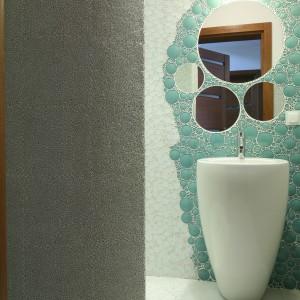 Szklana mozaika na ścianach i podłodze - podwójna łazienka dla gości
