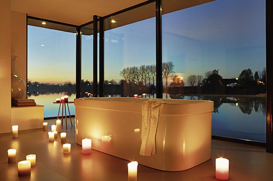 Romantyczna kąpiel w stylu SPA – świece i biokominki tworzą nastrój