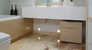 Łazienka na poddaszu – zobacz aranżację z pięknym onyksem