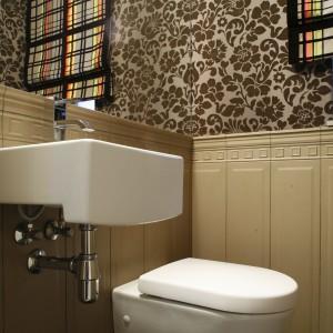 Klimatyczna łazienka dla gości – zobacz projekt w starej kamienicy