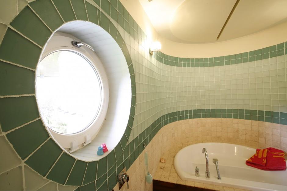 Okno w łazience – wykorzystaj jego atuty. 20 pomysłów architektów