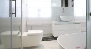 Salon kąpielowy w bieli – designerska wanna i kąpiel w płatkach róż