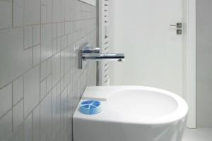 Złote rybki w łazience – zobacz aranżację z fototapetą