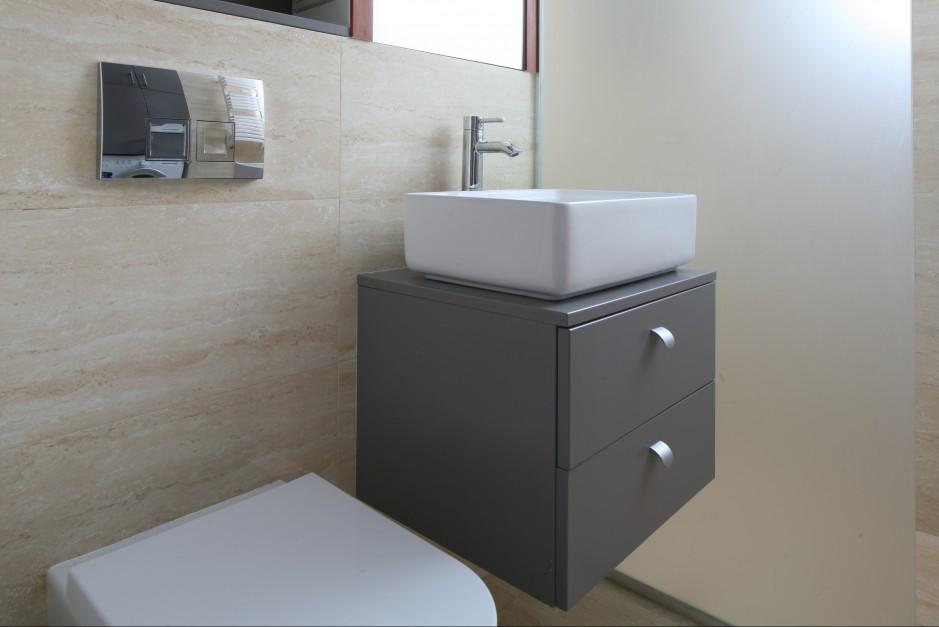 Wnętrza - Bardzo mała łazienka – wygodna, z pralką i prysznicem  Łazienka.pl