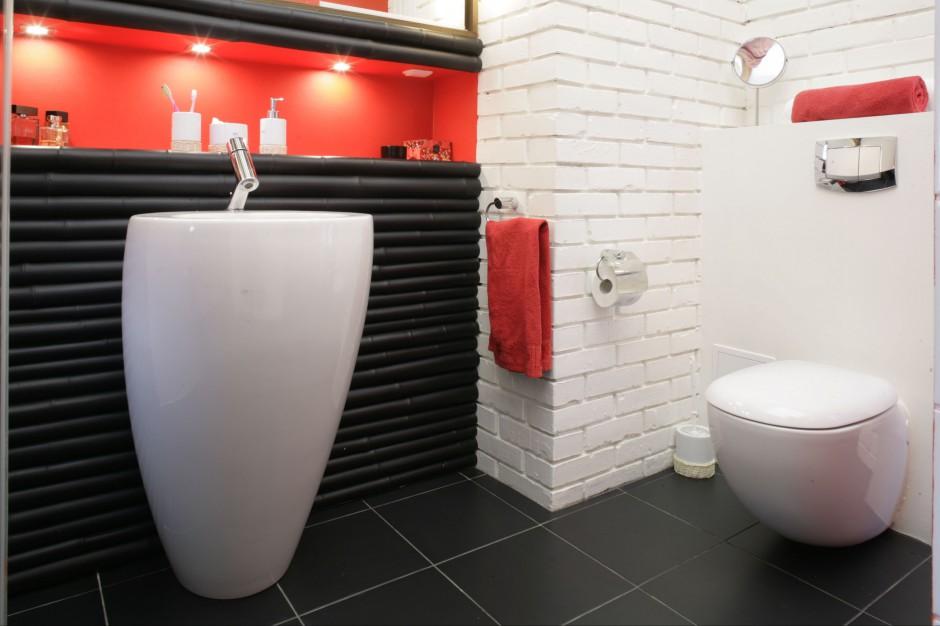 Cegłę można malować! Zobacz ciekawy projekt łazienki na poddaszu