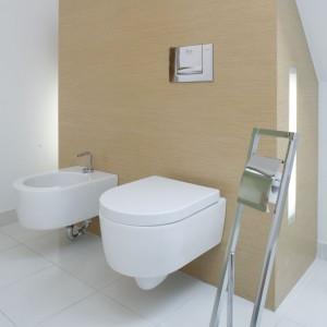 Biała łazienka pod skosami – ocieplona drewnem