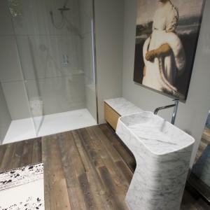 Kobieta na obrazach i rzeźbach – zobacz łazienki w kobiecym stylu