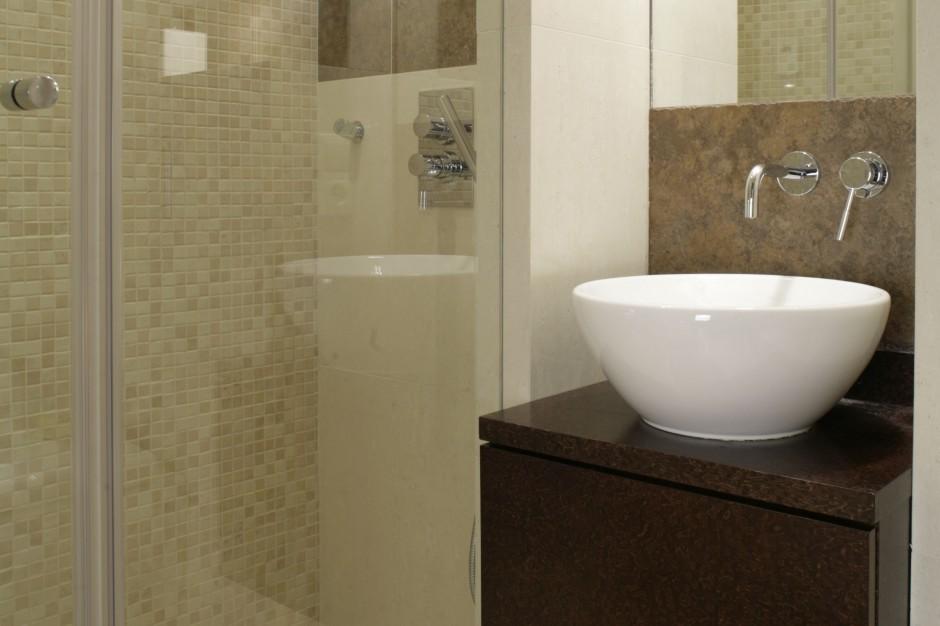 Praktyczna zabudowa wnęki – sposób na prysznic w małej łazience