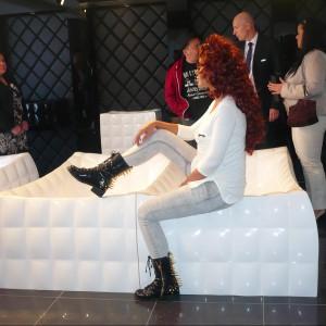Łazienkowa seria Evy Minge: pikowane wanny i umywalki w stylu glamour