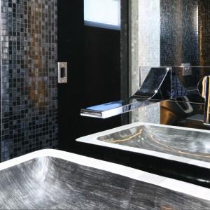 Wyjątkowa toaleta dla gości. Z czarnym pisuarem i lustrzanymi ścianami