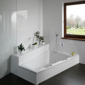 Minimalistyczna łazienka ocieplona drewnem – tak można urządzać na lata
