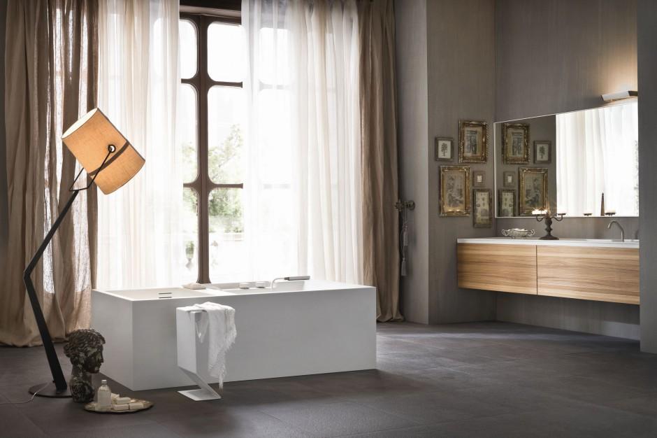 Łazienka przytulnie oświetlona – lampy podłogowe zapewniają nastrój