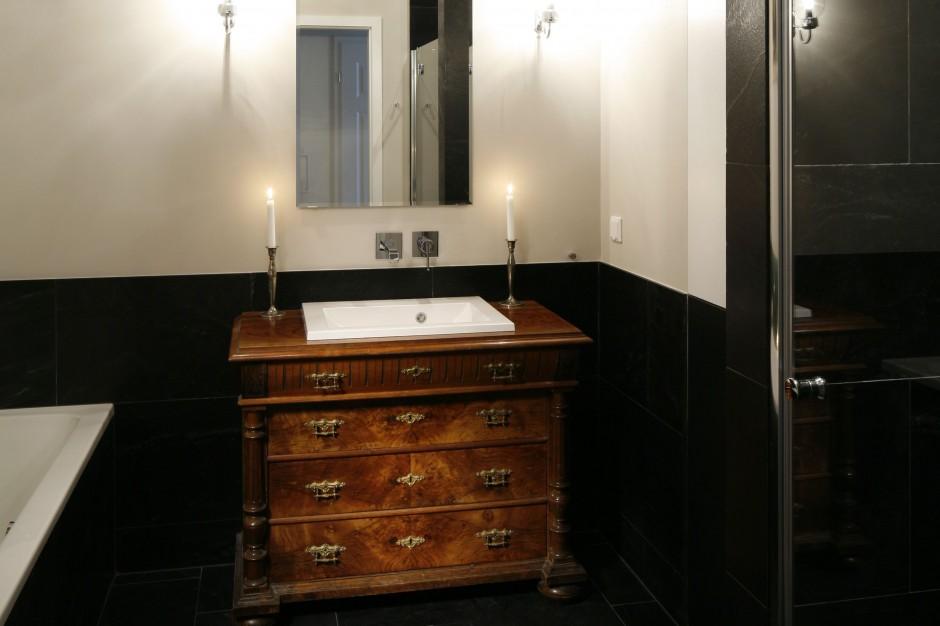 Łazienka przy sypialni – zobacz nowoczesną aranżację z klimatycznymi antykami