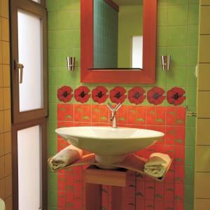 Kolorowa łazienka z wykuszem – tak można wykorzystać modrzew, wiklinę i kwiaty
