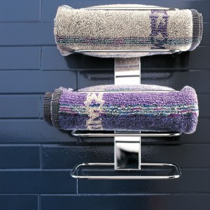 Akcesoria do łazienki. Relingi, haczyki, półki – dobre sposoby na ręczniki