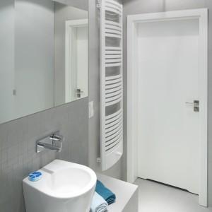 Biała łazienka  – z drewnem, antykami, stylowymi dodatkami. 12 projektów