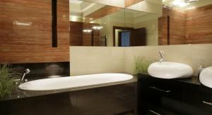 Łazienki z trawertynem w różnych kolorach. Zobacz 10 projektów znanych architektów