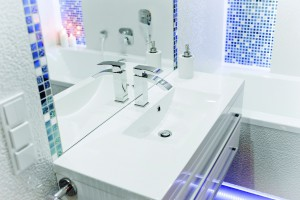 Biała łazienka przytulnie oświetlona – tak możesz urządzać dla rodziny