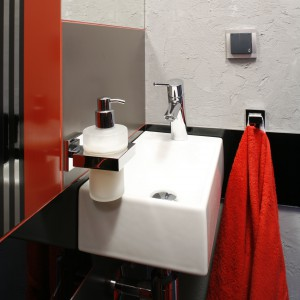 Mała łazienka dla gości – zobacz beton w roli dekoracji ścian