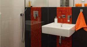 Mała łazienka dobrze oznakowana – tak można wykorzystać kolorową mozaikę