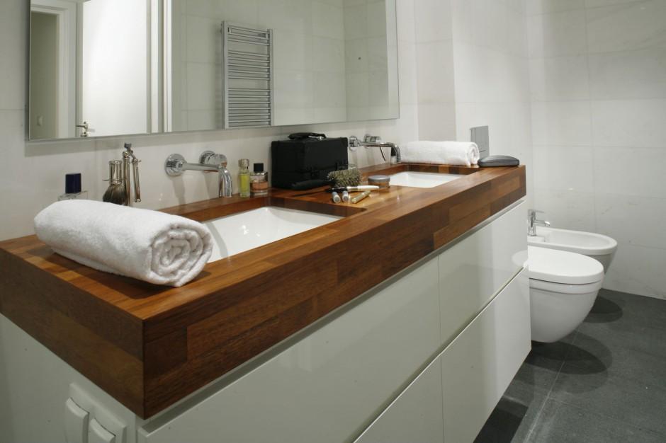 Biała łazienka ocieplona drewnem – zobacz projekt z pięknym, masywnym blatem