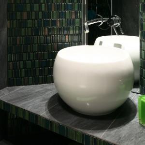 Mała łazienka przy sypialni – zobacz jak pięknie mozaika zdobi wnętrze
