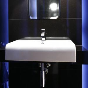 Stylowa łazienka dla gości – mała czarna z sekretami