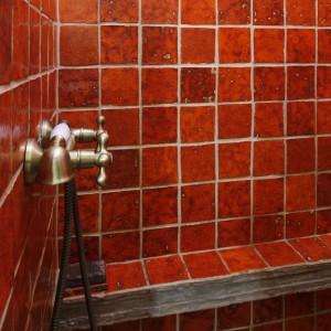 Wiekowa cegła i meble z surowego drewna – zobacz łazienkę z duszą i charakterem