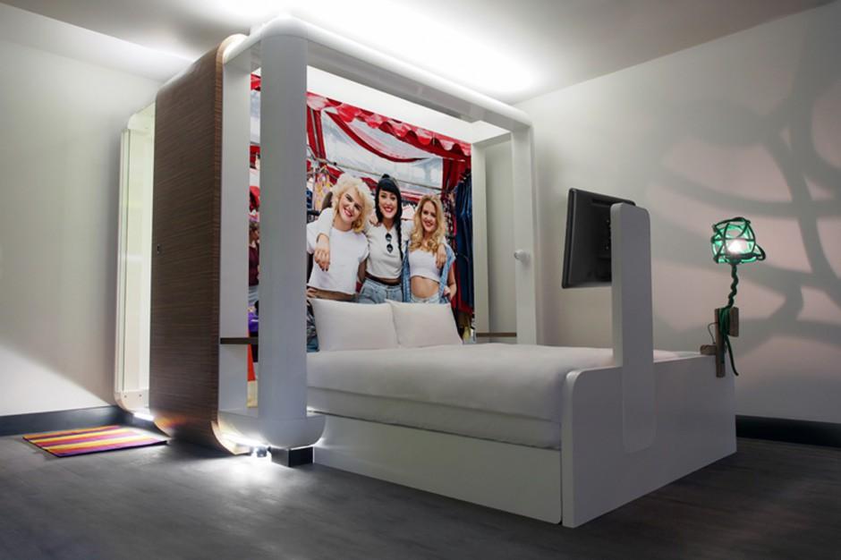 Łóżko z łazienką i telewizorem – zaskakujący pomysł na mały metraż