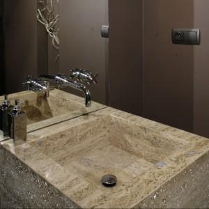 Toaleta dla gości w klimacie klubowym. Postaw na efektowne materiały