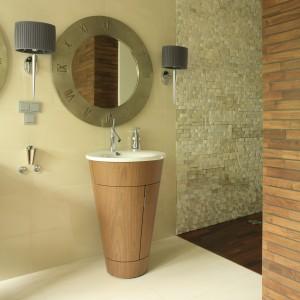 Salon kąpielowy pełen słońca – drewno do łazienki także na ściany